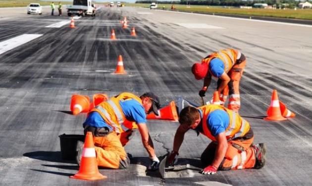 Jó ütemben halad a reptéri futópálya felújítása