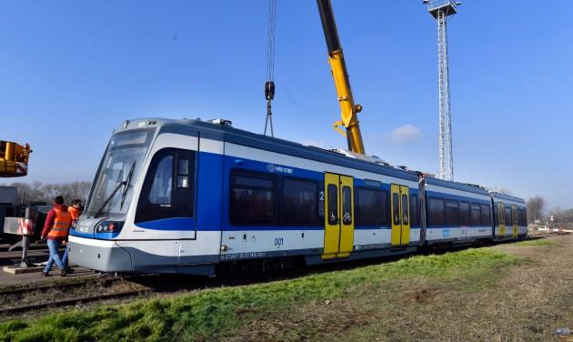 Megérkezett az első vasút-villamos Magyarországra – videó