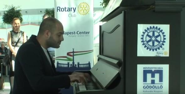Világsztár a repülőtéren a Zene Világnapján- videóval