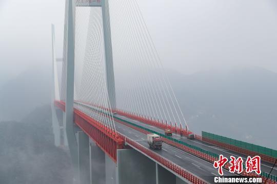 Átadták a világ legmagasabb függőhídját Délnyugat-Kínában