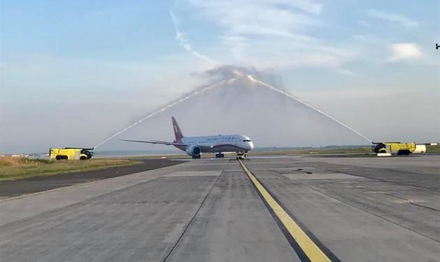 Megérkezett Budapestre az első közvetlen járat Sanghajból