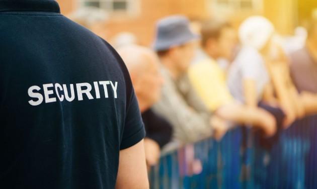 Félig lecserélt állománnyal várja az újranyitást a biztonsági szektor