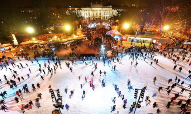 Már készül a korcsolyapálya a Bécsi Városháza előtt