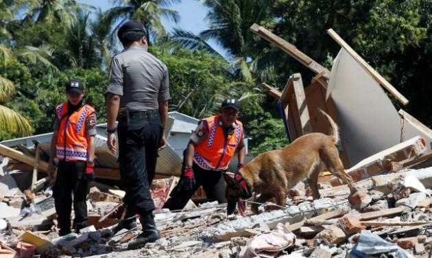 Turistákat mentettek hajóval az indonéz földrengés után
