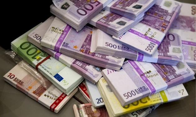 Átutazáskor is nyilatkozni kell a 10 ezer eurót meghaladó készpénzről
