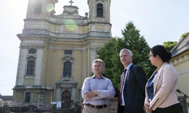 Felújítják a tatai Szent Kereszt plébániatemplomot