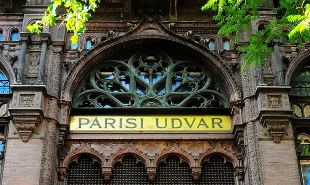 Mellow Mood delays Parisi Udvar opening