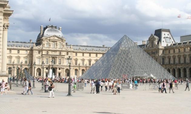 Félnek a koronavírustól a Louvre alkalmazottai