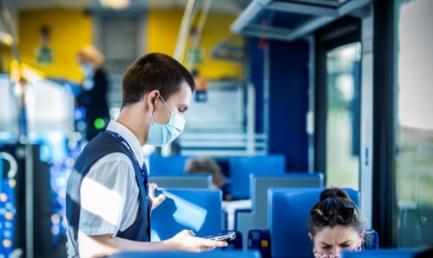 Már nem kötelező maszk viselése a peronokon