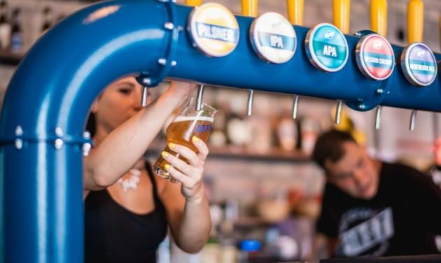 10 ezer korsó ingyen sör a budapestieknek, ha vége a korlátozásoknak