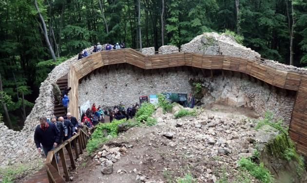 Az ország legnagyobb várbeli tereplépcsője várja a kirándulókat Szádváron