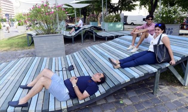 Innovatív pihenőhellyé alakult nyárra a Városháza park