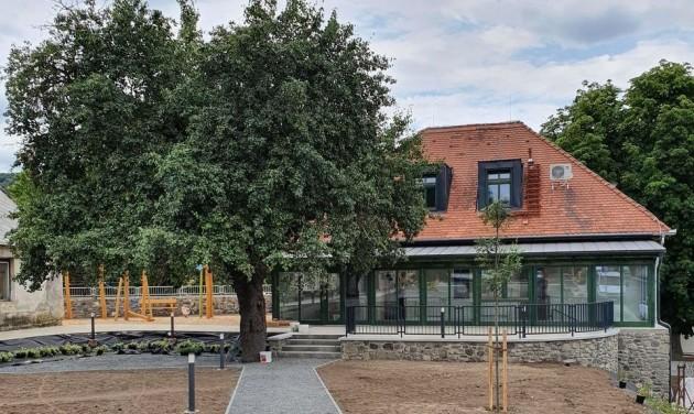 Megnyitott Kapolcs új turisztikai központja, a MűvészVölgy Kúria