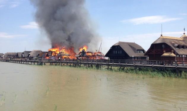 Tizenegy nádfedeles ház leégett a Fertő-tó partján