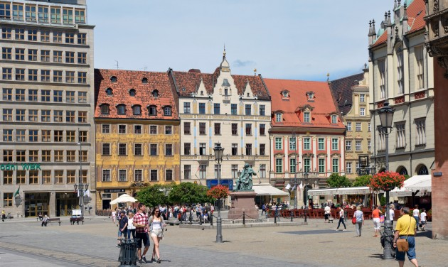 Lengyelországban enyhítések jönnek, de a határzár marad