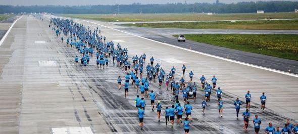 Kilencszázan futottak a repülőtéri betonon