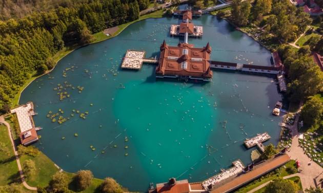 Tóvédelmi munkálatok zajlanak a Hévízi-tó véderdejében