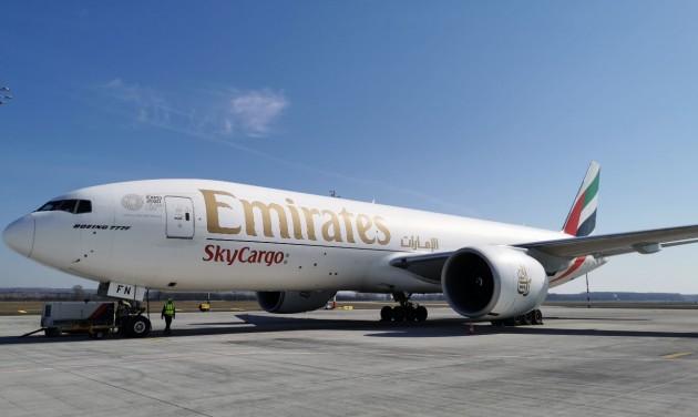 Arcmaszkokat és orvosi felszereléseket hoznak az Emirates gépei