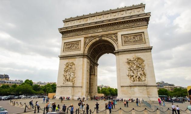 Christo tervei alapján becsomagolták a párizsi Diadalívet