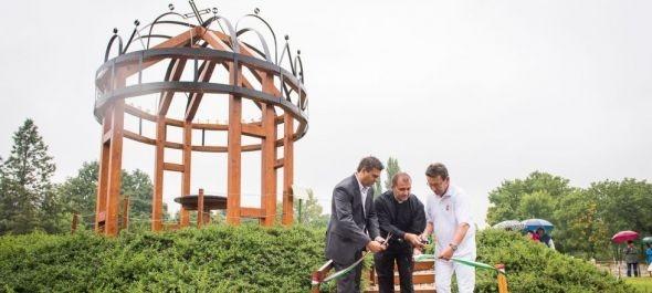Az ország legnagyobb szent korona installációját avatták fel Szarvason
