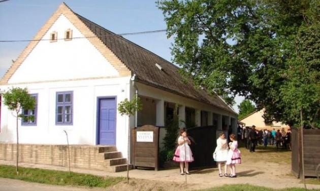 Az Év tájháza Dunaszentbenedeken található