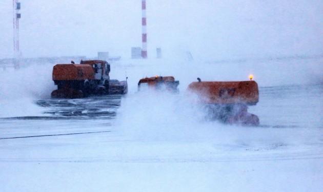 A budapesti repülőtéren is fennakadást okoz a hó