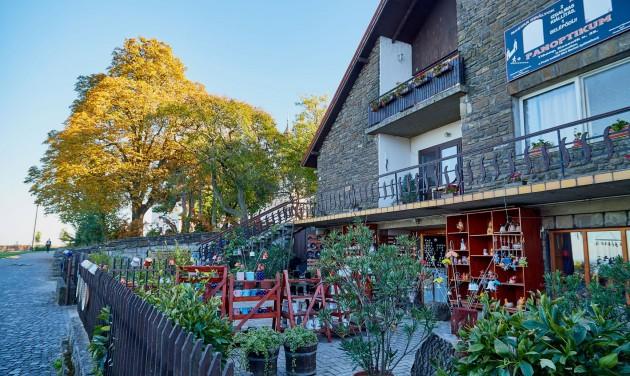 Már terítenek a teraszokon a balatoni vendéglősök