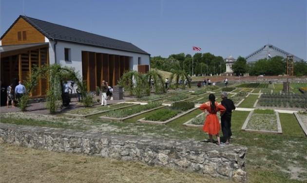 Gyógynövényház és -kert nyílt Ópusztaszeren