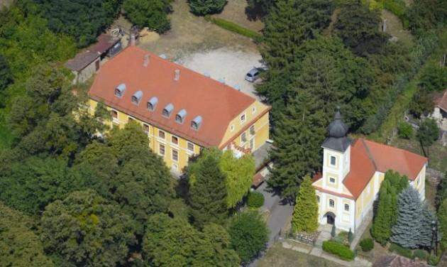 Zarándokszállás épül a barokk kastélyban