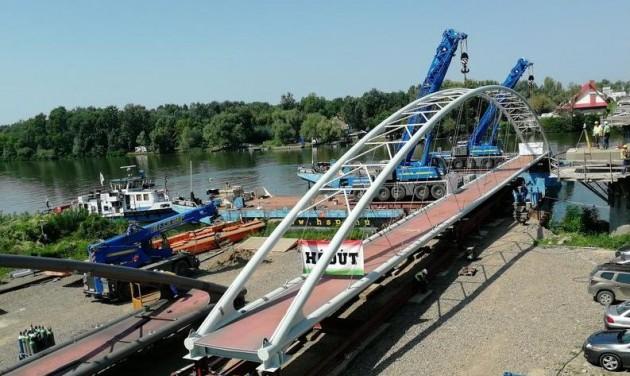 Beúsztatják a Tisza-tavi kerékpáros híd elemeit