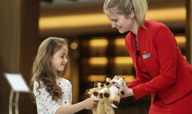 Piros ruhás hölgyek a Kempinski szállodákban