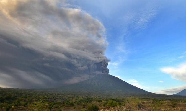 Vulkánkitörés: lezárták a nemzetközi repülőteret Balin