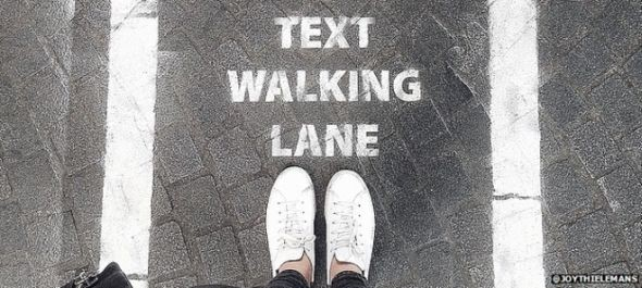 Külön sávot kaptak Antwerpen járdáin a séta közben SMS-ezők