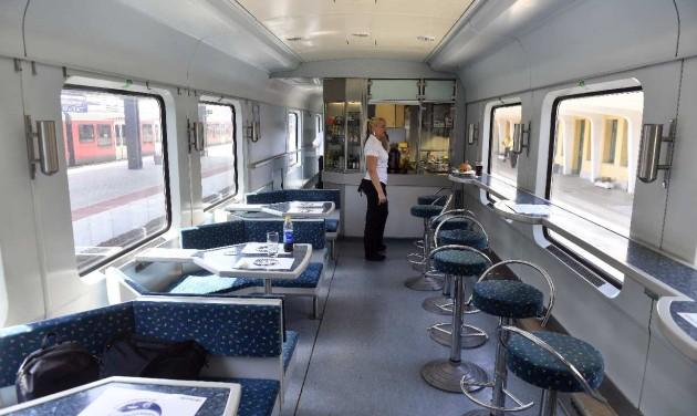 Több vonat jár nyáron a Balatonra