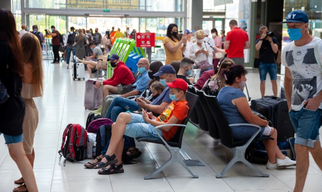 Beutazási korlátozásokat vezet be a kormány, visszatér a karantén