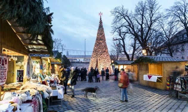 Magyar karácsonyfa-installációk Londonban és Bécsben