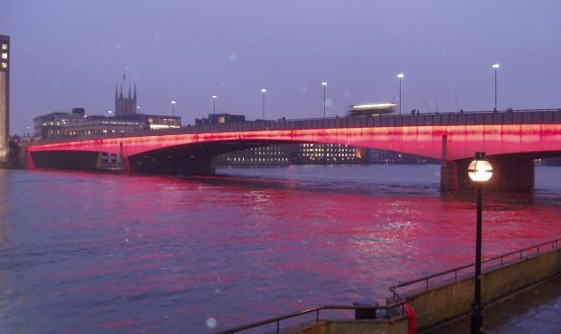 Halálos késelés: A London Bridge és környéke elkerülését javasolják