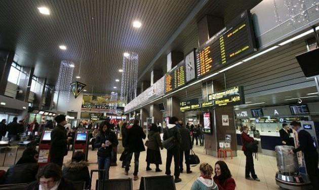 Az alkalmazottak takarítják az Otopeni repülőteret