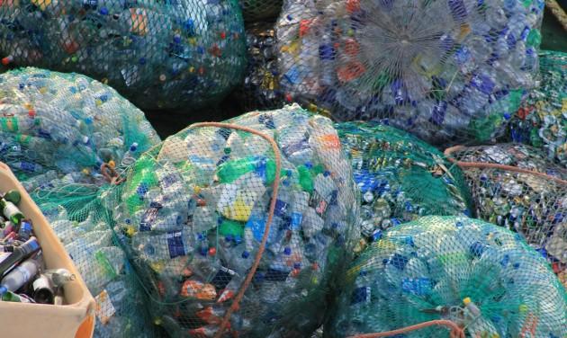Percenként több tízezer PET-palack végzi a Földközi-tengerben