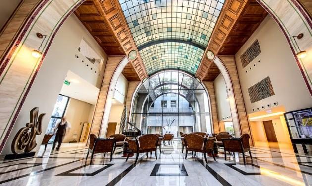 Megújult lobbyval és formaruhával ünnepel a Continental Hotel