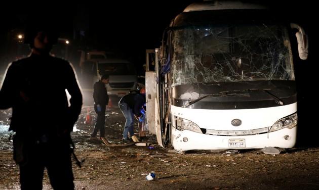 Merényletet követtek el egy turistabusz ellen Kairóban