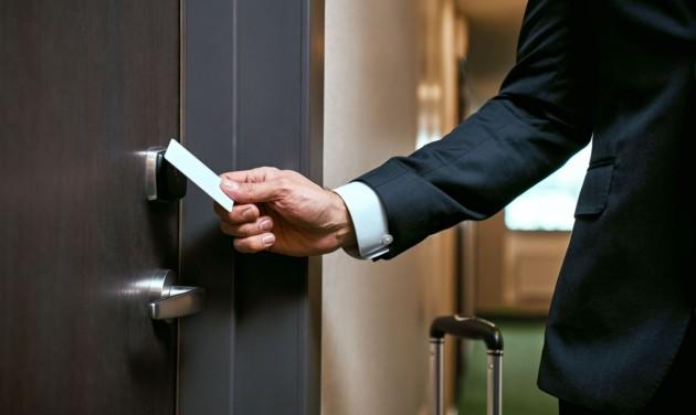 A zárlat alatt is nyitva tarthatnak a szállodák és lehet ételt házhoz szállítani