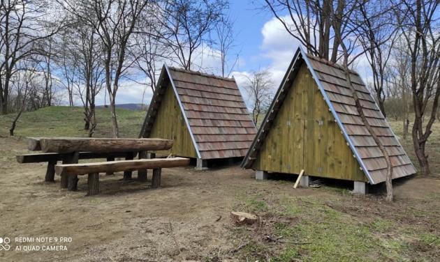 Ingyenes erdei lakokat épített a túrázóknak egy nógrádi zsákfalu