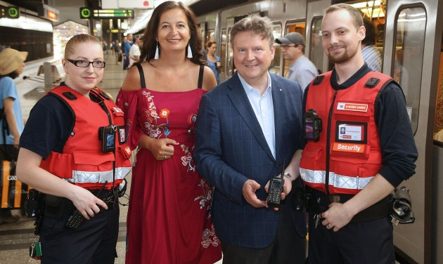 Testkamerát kapnak a bécsi metró biztonsági őrei