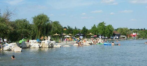 A Velencei-tó várja a strandolókat