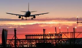 Egyre több kiegészítő szolgáltatást adnak el a repülőjegy mellé az online utazási irodák