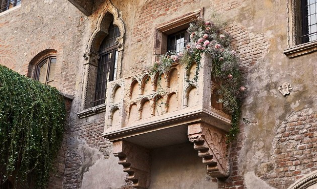 Rómeó és Júlia ágyában töltheti a Valentin-napot az Airbnb győztes párja