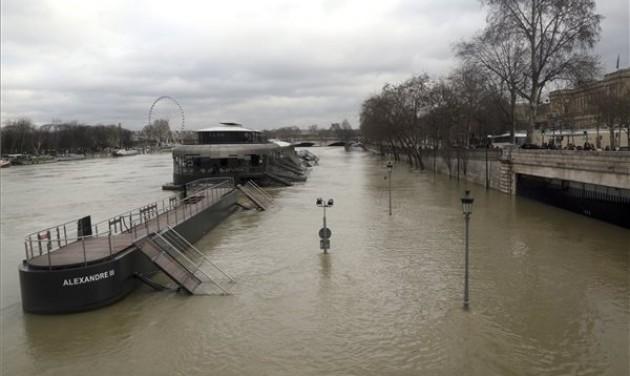 Hetekig tarthat a párizsi árhullám levonulása
