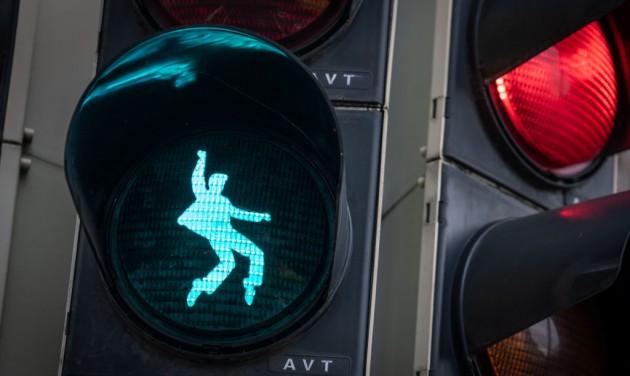 Stop és rock: Elvis Presley egy német közlekedési lámpában