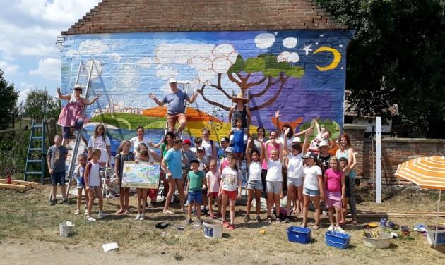 Közösségi munkával készült Kistótfalu óriási falfestménye